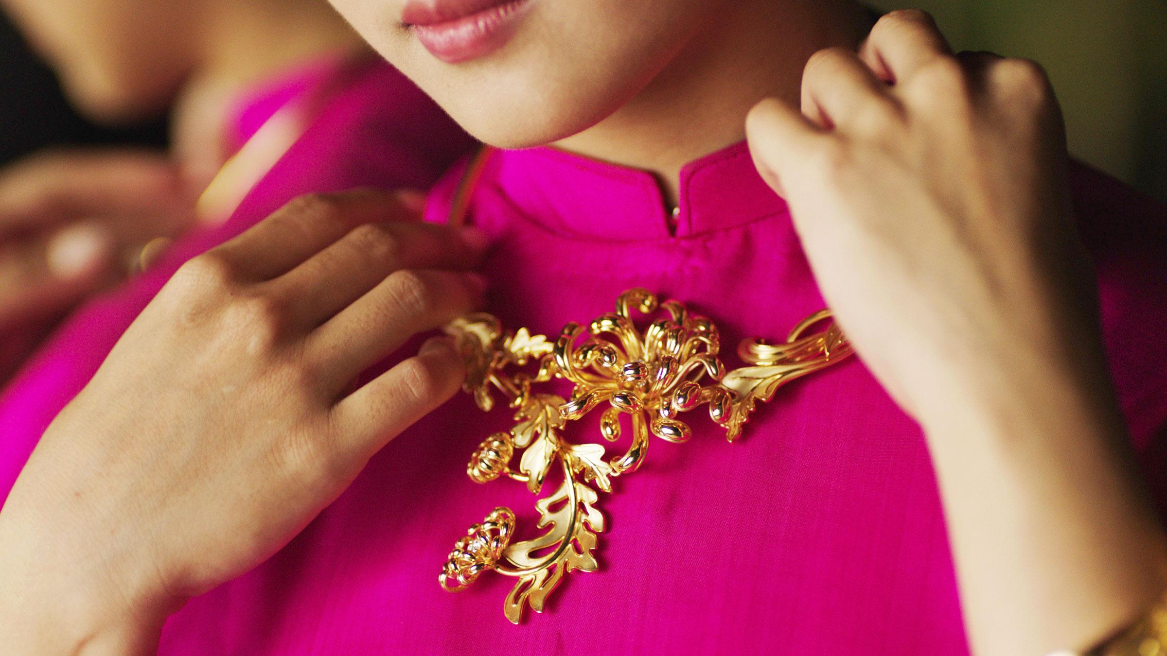 Kiềng vàng 18K BST Cúc Viên Mãn trên nền áo dài cưới