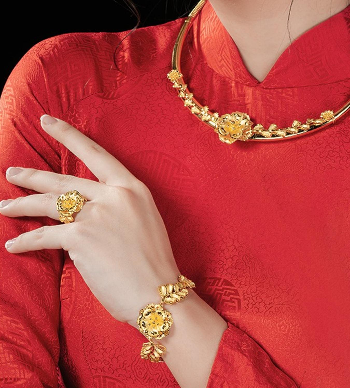 Bộ sưu tập cưới Marry You, vàng 24K trên áo dài đỏ truyền thống